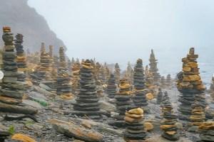 ロシアにも賽の河原!? ウラジオストクの海岸に何百もある積み石が奇妙すぎる