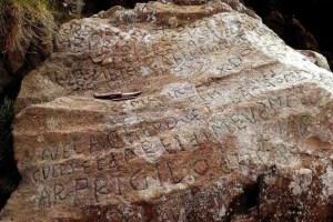 この謎があなたには解ける?仏の村が、岩に刻まれた文字を解読できれば24万円の賞金を払うと発表