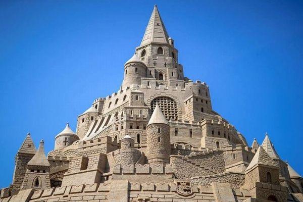 世界最大の巨大な「砂の城」、高さ17m以上でギネス記録を更新