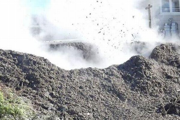 NZの民家の裏庭に沸騰した泥が噴出、住民が避難を余儀なくされる