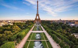 パリのエッフェル塔の前に大きなアート作品が登場、その長さなんと600m以上