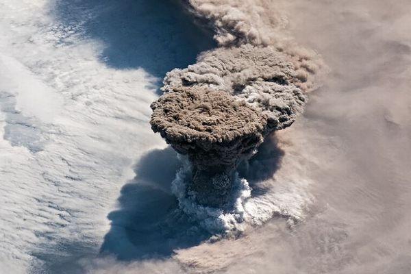 千島列島にある火山が爆発、NASAが噴火の様子をとらえた鮮明画像を公開