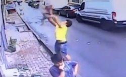 トルコで窓から落下した少女を、下で待ち構えていた青年が見事キャッチ【動画】