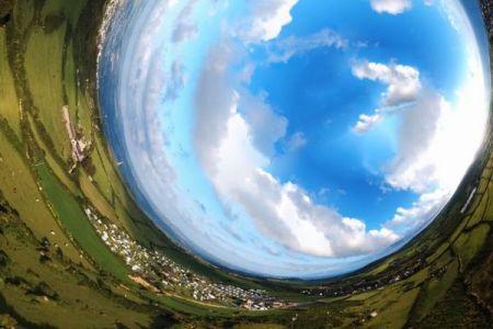 パノラマ・カメラとドローンで撮影された、360度の景色が広がる動画が不思議
