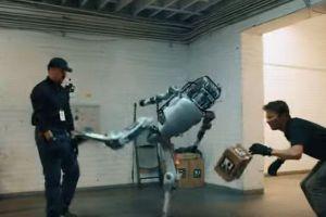 ボストン・ダイナミクスの動画を真似たビデオ、人間に反撃するラストがショッキング