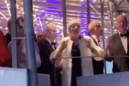 「ロボットのような動き」メイ首相がダンスを披露するも、英メディアが酷評