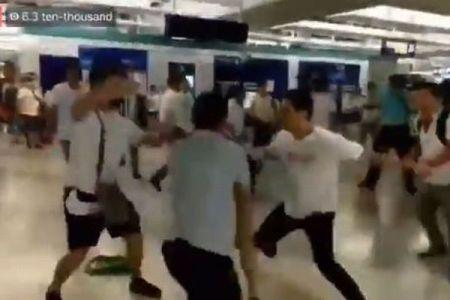 香港で白いシャツを着た集団が駅で暴行、乗客らを襲った男らの素性とは【動画】