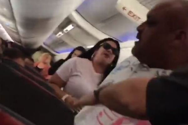 米航空会社の機内で強烈な夫婦喧嘩、妻がノートパソコンで夫を強打
