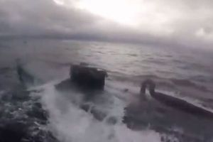 米沿岸警備隊が麻薬を密輸していた小型潜水艇を発見、追跡する動画を公開