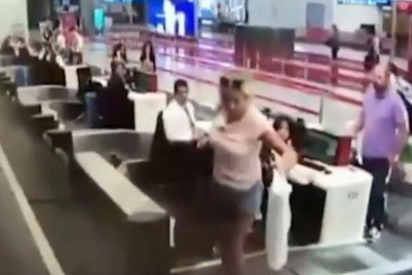 """ベルトコンベアから""""搭乗""""?空港で驚きの行動に出た女性が話題に"""