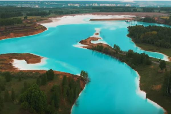 ロシアのインスタグラマーが集まる美しい湖は、化学物質の廃棄場所だった!