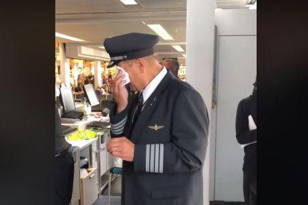最後のフライトを終えたパイロット、乗客からの「贈り物」に思わず涙する