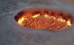 トルクメニスタンの大統領、「死亡説」を払拭するため「地獄の門」を車で疾走