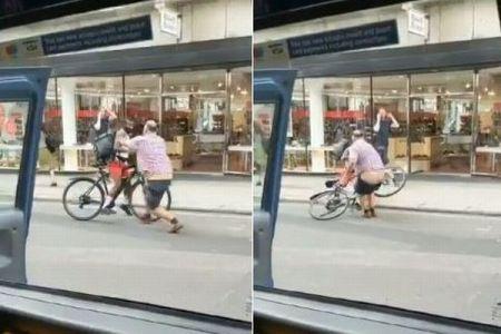 タクシー運転手とサイクリストが喧嘩、突然ズボンがずり落ちるハプニングが発生