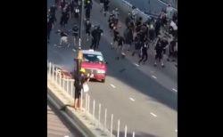 香港デモ、1台のタクシーがデモ参加者を轢こうとする動画が公開される
