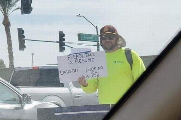 道路に立ち続け履歴書を配った男性、予想外の展開で仕事の依頼が殺到