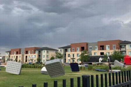 突風により、屋外に設置されていた大量のエアーマットレスが飛ばされる