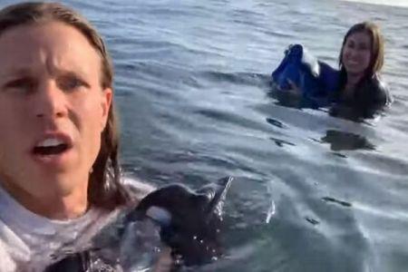 軽飛行機のパイロットが海へ不時着後、漂流する自らの姿を自撮りしていた