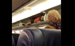 CAが頭上の荷物入れに入って乗客を迎える謎の行動、航空会社の説明は…?