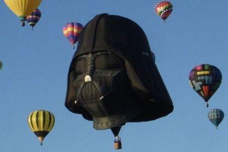 英で開催されたバルーン・フェス、ダース・ベイダーの気球が空に浮かぶ
