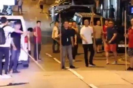 香港で若者を襲撃した白シャツ集団、今度はデモ参加者に追われて逃げる