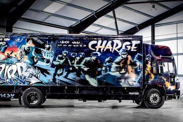 バンクシーがボルボのトラックに描いた作品、オークションに出品される