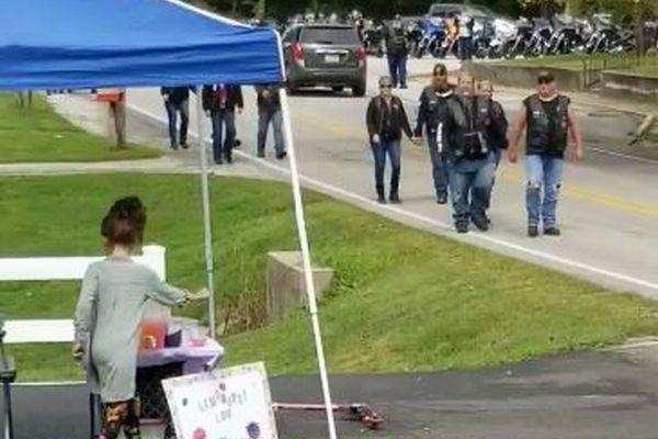 レモネードを販売している少女の元へ、感謝を込めて多くのバイカーが集まる