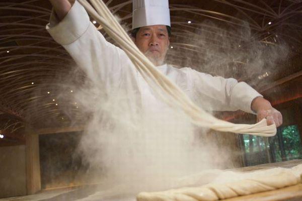 その長さは驚異の183m、日本人シェフが世界一長い麺を作りギネス記録