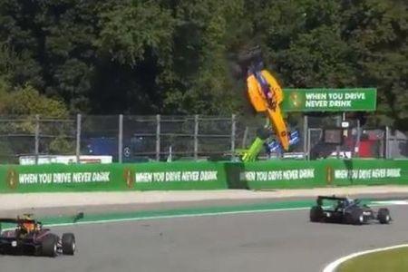 F3のレース中に大事故が発生、マシーンが宙を舞う