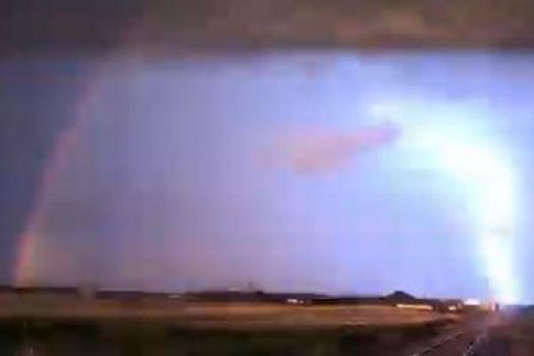 虹と雷のコラボレーション、カナダでアーチの下に稲妻が走る珍しい光景を撮影【動画】