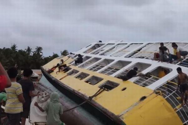 フィリピンの港でフェリーが大きく傾き乗客が避難、撮影された動画が恐ろしい