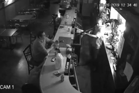 本物の強盗に銃を向けられ、落ち着いてタバコに火をつけるクールな客が話題に