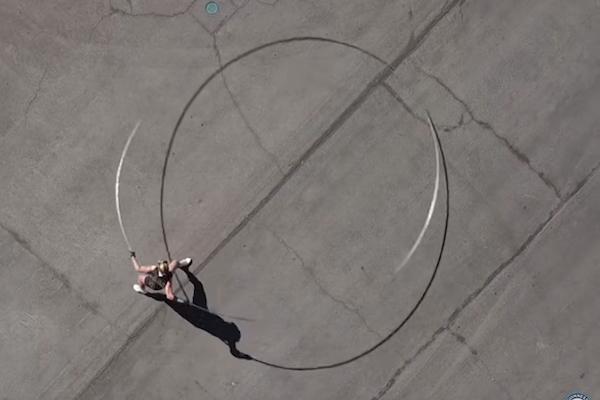 ラスベガスの女性が直径5.18mのフラフープを回して世界記録!骨折の危険もあった