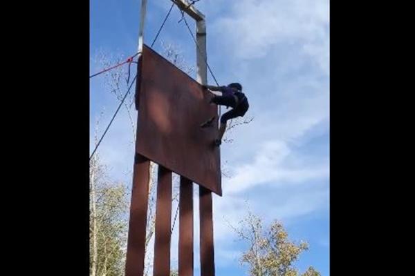 やはり国境の壁には意味がない?8歳の女の子が素手で登り証明してしまう