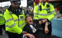 ロンドンで気候変動への対処を訴えるデモ、4日間で1000人以上が逮捕される