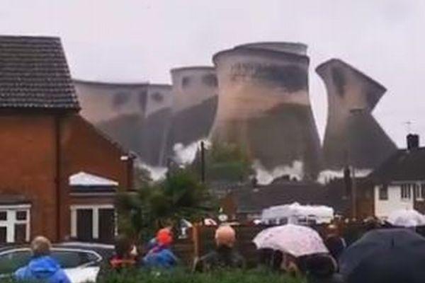 冷却塔がぐにゃり!英の火力発電所で実施された爆破解体が大迫力
