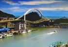台湾にあるアーチ状の橋が突然崩壊、行方不明者の捜索が続く【動画】