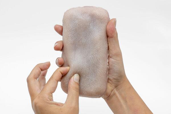 「つねり」「くすぐり」でスマホを操作!人工皮膚インターフェイスを仏研究者が開発