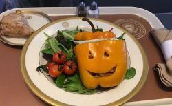 トランプ大統領が専用ジェットで提供した、ハロウィン・テーマの食事が話題に