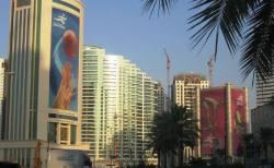 カタールで夏の暑さを凌ぐため、戸外に巨大クーラーを設置