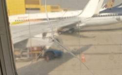 恐怖におびえる乗客、飛行機の窓に入った亀裂をセロテープで応急措置していた!