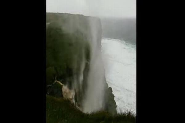 滝が逆流?強烈な風に煽られ、水が落下せずに上昇する姿が撮影される