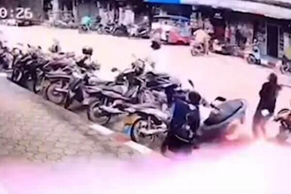 タイで女性の上に電気ケーブルが落下、2万ボルトの電流を浴びるも一命を取り留める