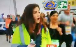 米で女性レポーターが生中継中に、ランナーの男からお尻を叩かれる