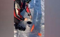 氷に穴を開けて魚を釣っていたら…○○が出てきて釣り人もびっくり
