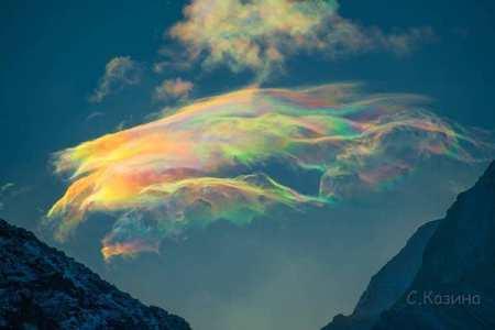 空に浮かぶ七色のクラゲ、珍しい彩雲がロシアで撮影された