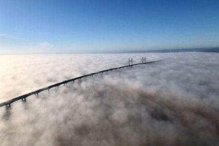 まるで天空の橋!英で霧の中から浮かび上がる橋の姿が幻想的