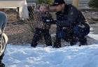心臓病で旅行できない少女のために、警官たちが5トンの雪を運んだ