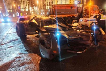 モスクワの街に「バットモービル」が出現、警察がその改造車を押収