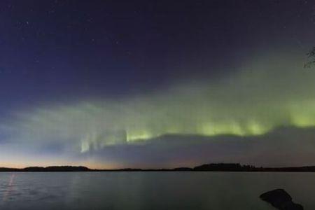 新しいオーロラ「デューン」と命名、美しい緑の光が波のように広がる